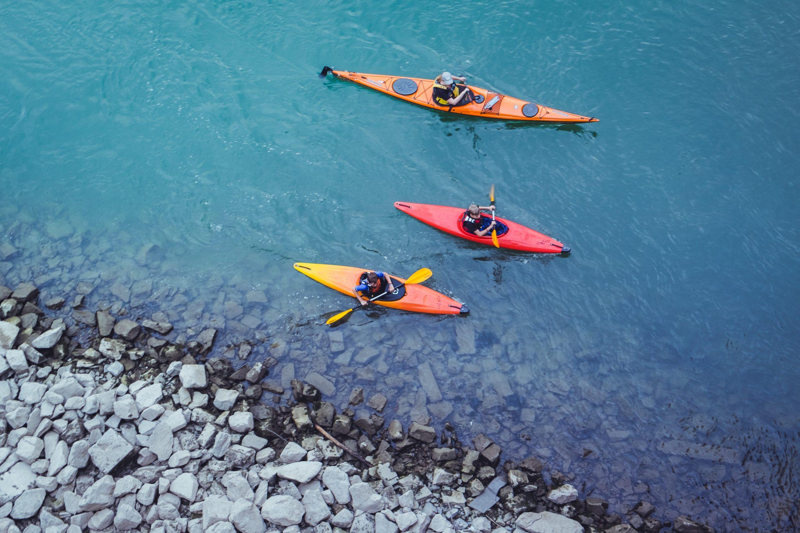 Drei Kanus in einem Fluss