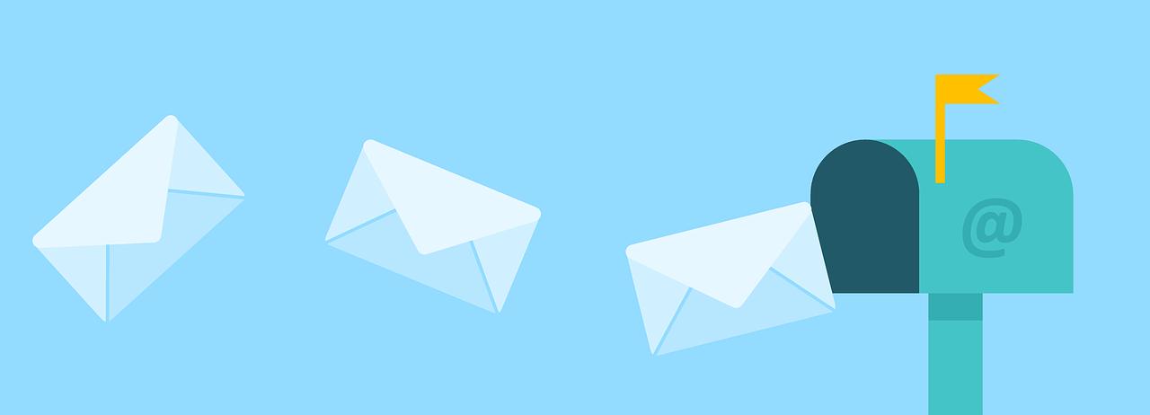 Briefe fliegen zu einem Briefkasten.